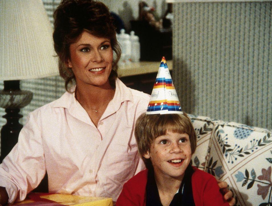 Ende gut, alles gut: Jamie (Gregory Morton, r.) hat seine Mutter (Kate Jackson, l.) wieder. - Bildquelle: CBS Television