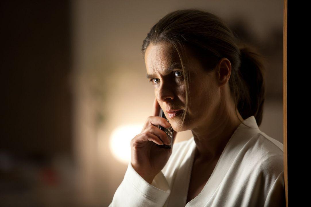 Noch will Katarina Witt (Katarina Witt) dem Polizisten Martin Breiler nicht glauben, dass sie in akuter Gefahr schwebt und sie erneut Opfer eines St... - Bildquelle: Conny Klein SAT. 1