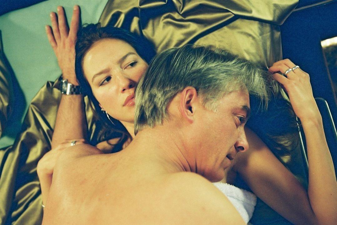 Jo (Christoph M. Ohrt, r.) kann nicht, wie Gina (Zora Holt, l.) gerne wollte. - Bildquelle: Hardy Spitz Sat.1