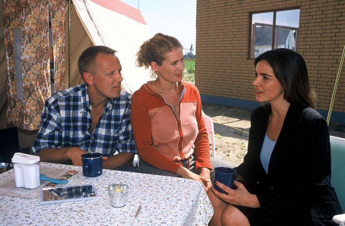 Britta (Jeanette Arndt, M.) und Kai Siebert (Frank Leo Schröder, l.) haben den Traum von den eigenen vier Wänden verwirklichen wollen. Doch beim Bau... - Bildquelle: Hardy Spitz Sat.1