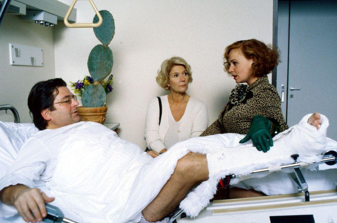 """Sylvia Monti (Petra Berndt, r.) bringt """"ihrem"""" Florestan (Erwin Steinhauer, l.) einen großen Kaktus ins Krankenhaus. Seine Gattin Carla (Christiane... - Bildquelle: Brandenstein Sat.1"""