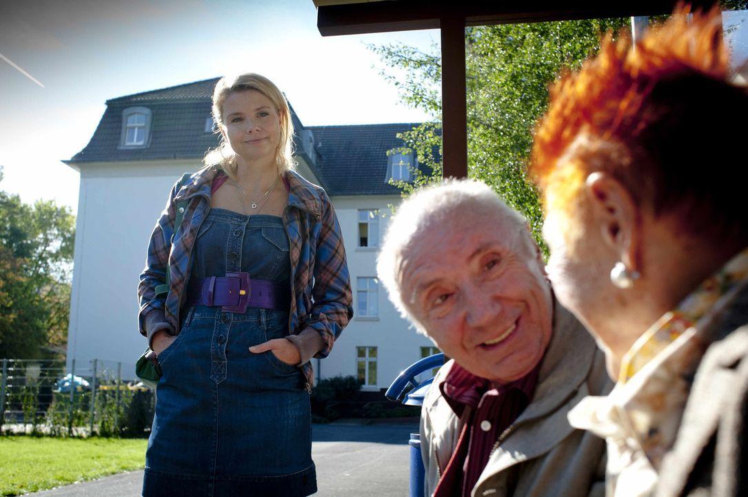 Danni (Annette Frier, l.) hat im Altersheim einen Verbündeten gefunden, Georg (Horst Sachtleben, M.) - ein Freund der Verstorbenen. Er hilft dem Tea... - Bildquelle: Frank Dicks SAT.1
