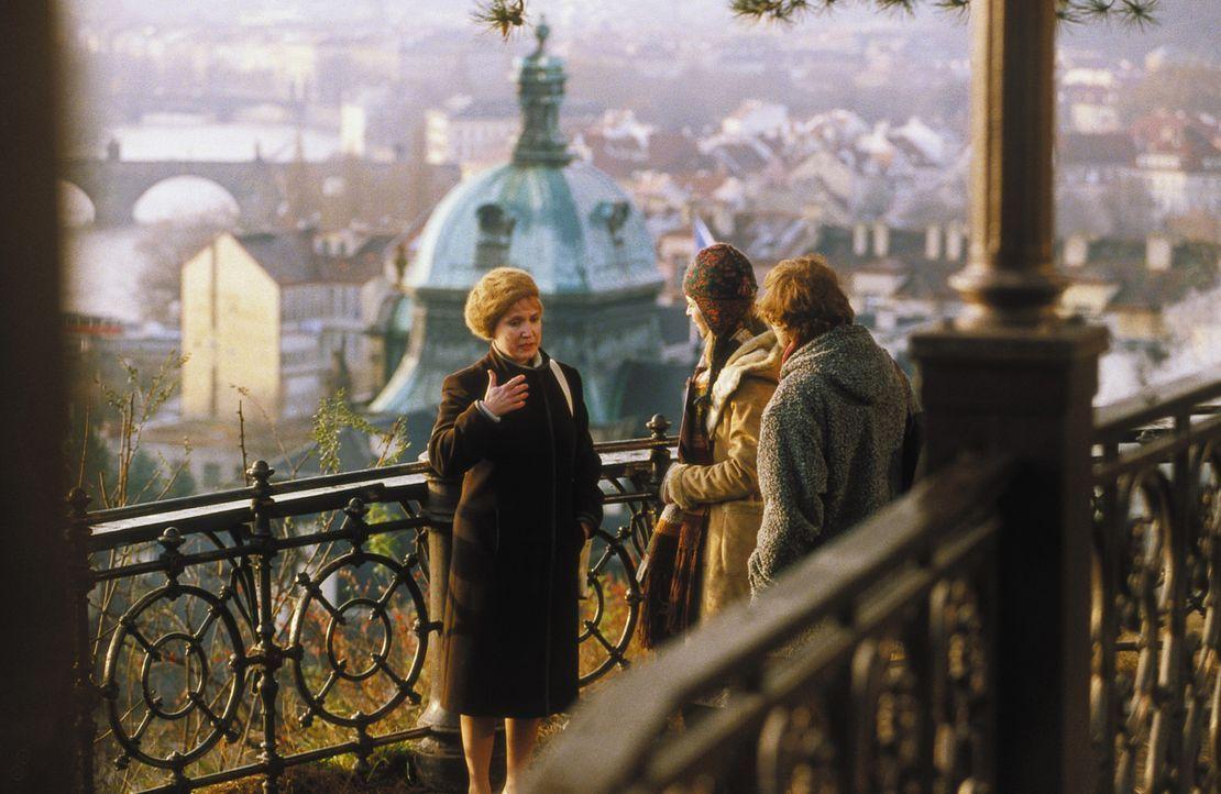Nach und nach können Lenny (Oliver Korittke, r.) und Helena (Lucie Zednicková-Pokorná, M.) eine Vertrauensperson aus Evas Leben ausfindig machen: Ma... - Bildquelle: Jiri Hanzl ProSieben