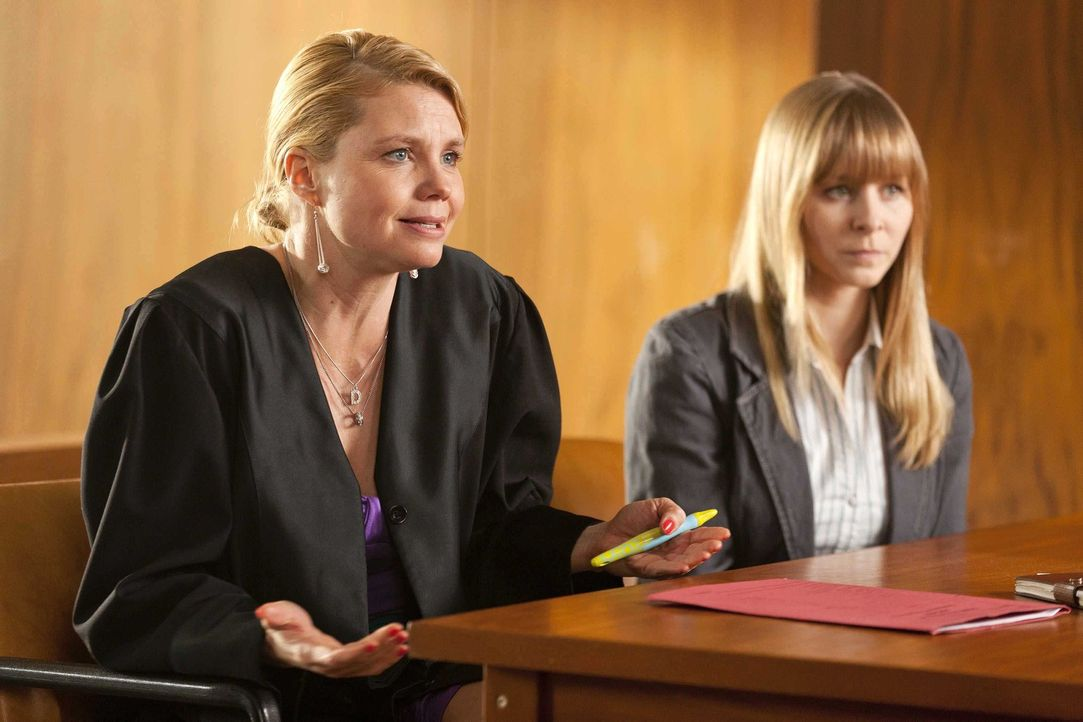 Während Danni (Annette Frier, l.) selbst in großen Schwierigkeiten steckt, muss sie sich um einen neue Mandantin (Jasmin Schwiers, r.) kümmern. Doch... - Bildquelle: Frank Dicks SAT.1
