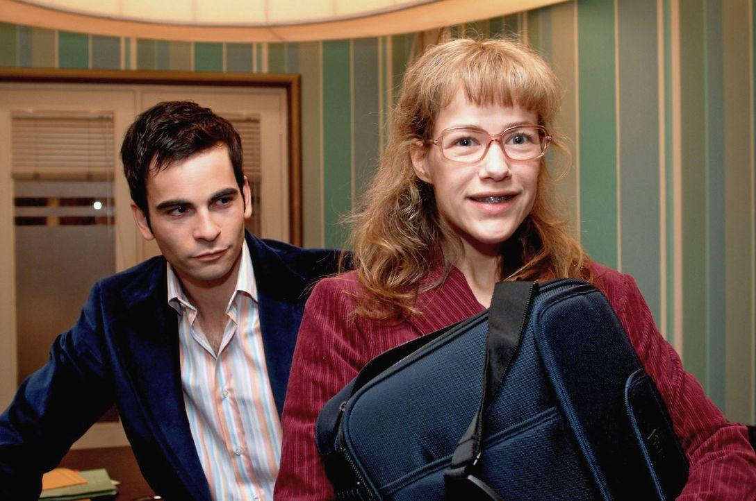 David (Mathis Künzler, l.) stattet Lisa (Alexandra Neldel, r.) mit einem eigenen Laptop aus, damit alle wichtigen Daten nicht bei Kerima-Moda einseh... - Bildquelle: Monika Schürle Sat.1