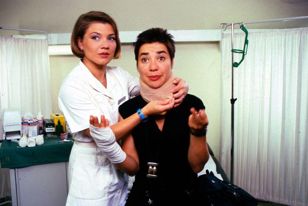 Schwester Stefanie (Claudia Schmutzler, l.) verarztet die Stuntfrau Conny Timm (Anja Franke, r.), die sich bei einem Einsatz verletzt hat. Ihr Mann... - Bildquelle: Noreen Flynn Sat.1