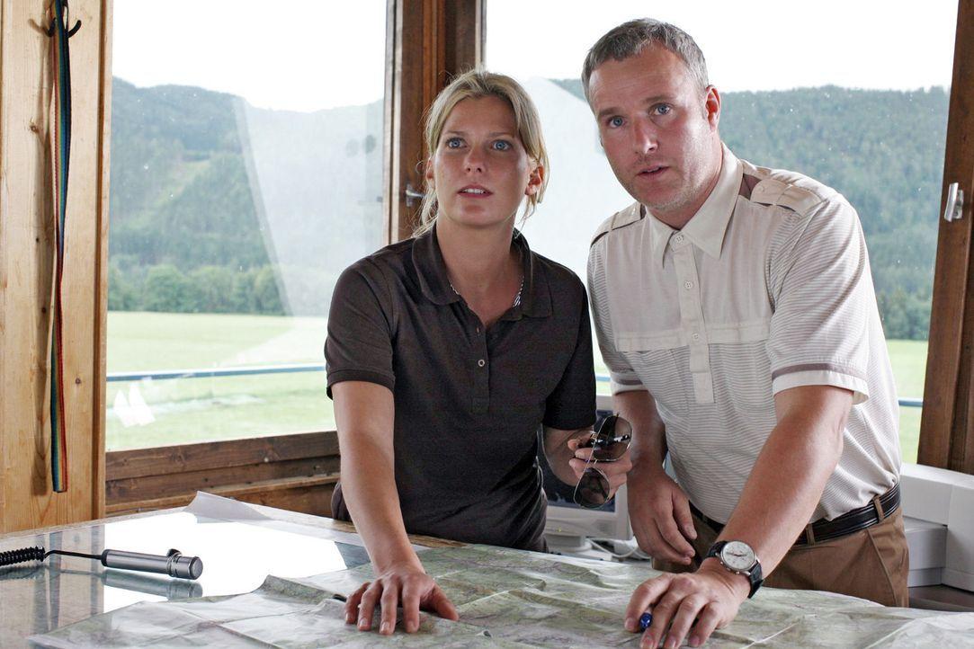 Franzl (Arthur Klemt, r.) bekommt gerade einen Notruf, als Andrea (Valerie Niehaus, l.) auf dem kleinen Flughafen eintrifft. Kurz entschlossen macht... - Bildquelle: Petro Domenigg Sat.1
