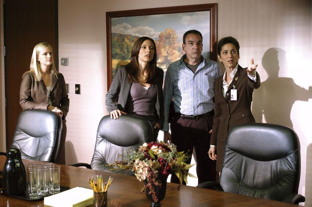 Da die Spur des Täters in ein Krankenhaus führt, wird Cheryl Marston (Nike Doukas, r.) von Jason Gideon (Mandy Patinkin, 2.v.r.), Elle Greenway (Lol... - Bildquelle: Gale Adler 2005 CBS BROADCASTING INC. All Rights Reserved.