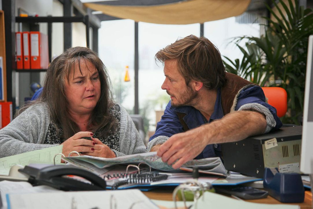 """Während Paula (Marion Breckwoldt, l.) sogleich Vertrauen zu dem neuen Fahrer Henning (Andreas Pietschmann, r.) fasst, ist """"Toni"""" fest davon überzeug... - Bildquelle: Guido Engels Sat.1"""
