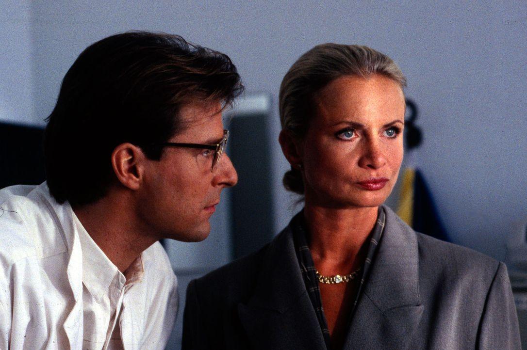 Mareike Ritter (Heike Schroetter, r.) teilt Gregor (Ralf Lindermann, l.) mit, dass nun auch sie die Klinik verlassen wird. Gregor bleibt frustriert... - Bildquelle: Bernd Spauke Sat.1