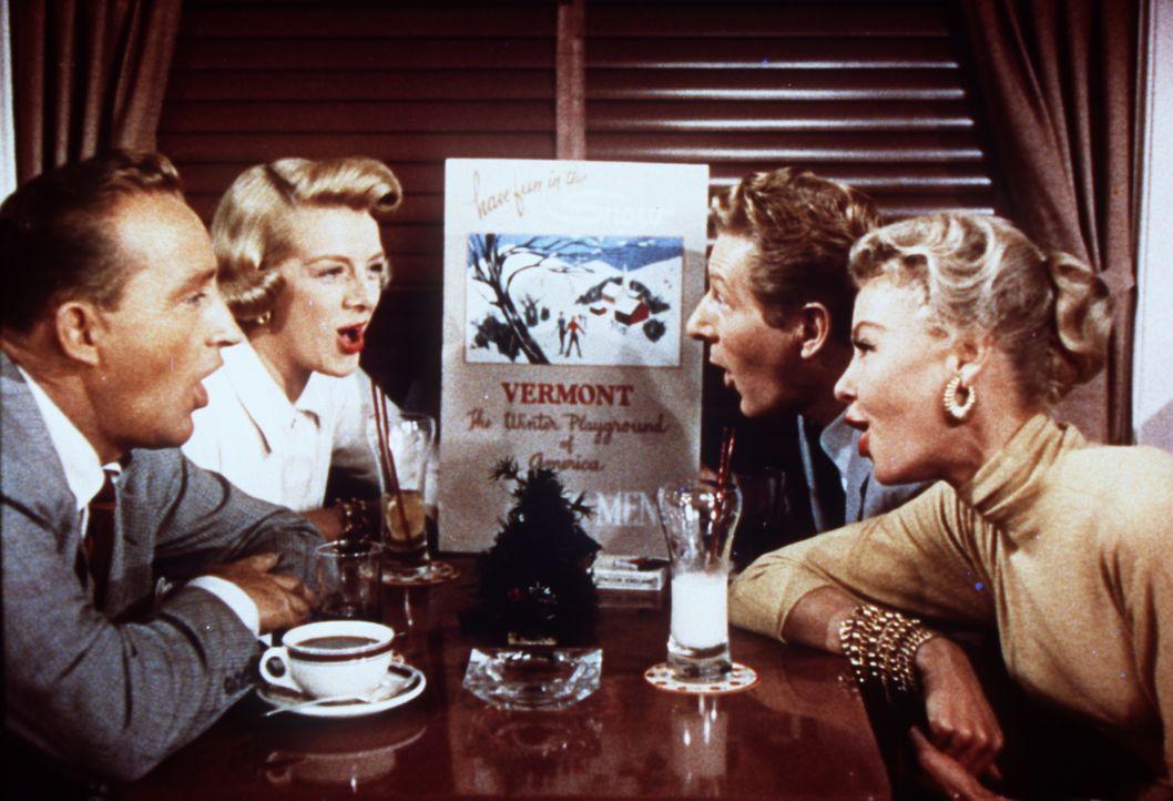 Bob (Bing Crosby, l.), Betty (Rosemary Clooney, 2.v.l.), Phil (Danny Kaye, 2.v.r.) und Judy (Vera Ellen, r.) proben bei jeder Gelegenheit für ihre G... - Bildquelle: Paramount Pictures