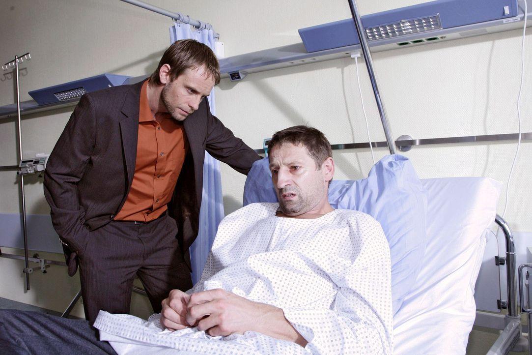 Philip Jacobi (Julian Weigend, l.) besucht den verdächtigen Jens Golombek (Andreas Patton, r.) im Krankenhaus. Der kann sich an nichts mehr erinnern... - Bildquelle: Monika Schürle Sat.1