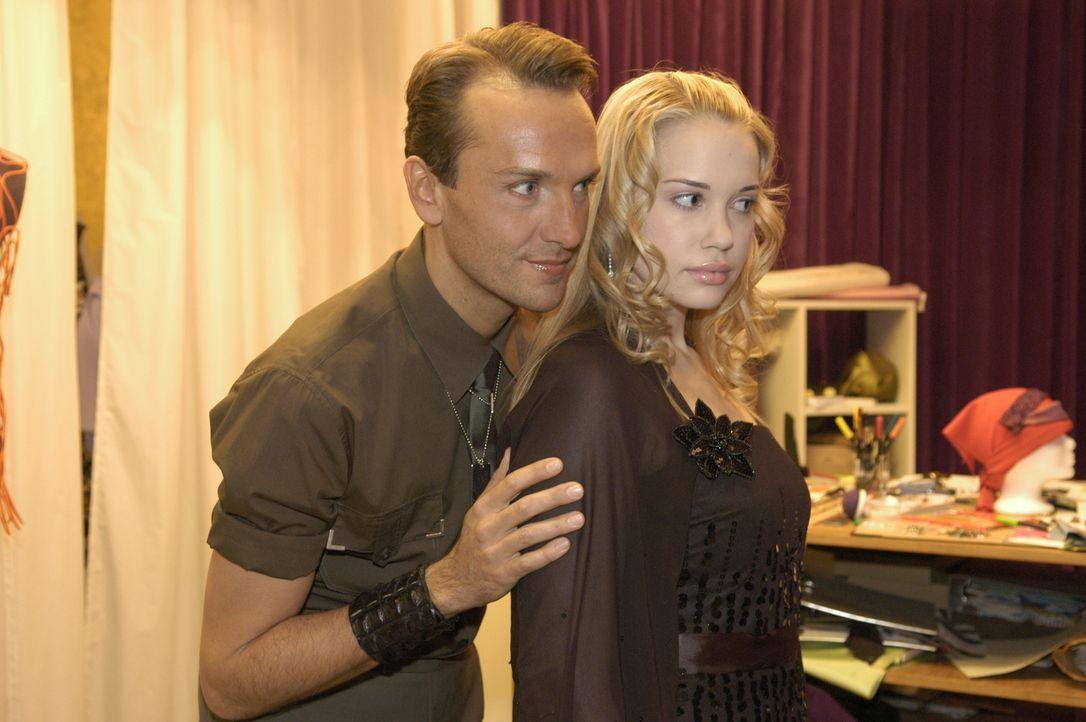 Hugo Haas (Hubertus Regout, l.) ist von seinem Kleid, das er für Kim Seidel (Lara-Isabelle Rentinck, r.) entworfen hat, völlig hingerissen. Kim hat... - Bildquelle: Noreen Flynn Sat.1