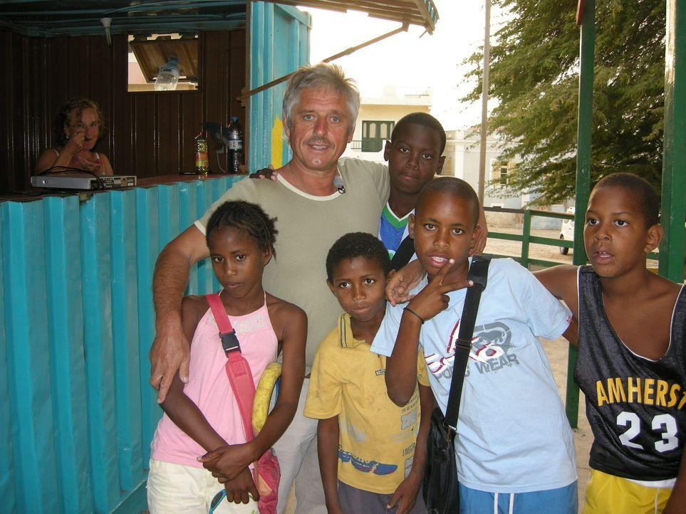 Gebrauchtwagenhändler Jochen Bitterlich (53) und seine Lebensgefährtin Martina Rausch (53) wandern gemeinsam auf die Kapverden aus, einen Inselstaat... - Bildquelle: kabel eins