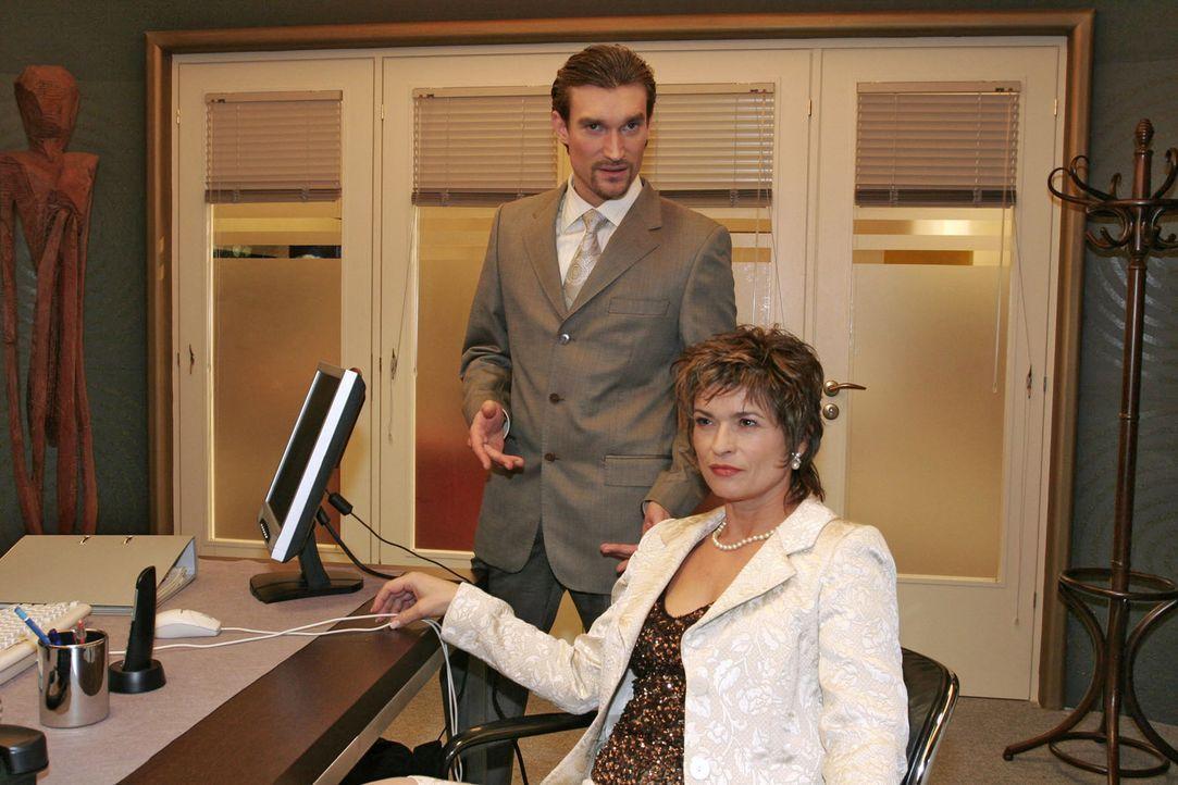 Die Zeit ist reif: Richard (Karim Köster, l.) und Sophie (Gabrielle Scharnitzky, r.) sind sich sicher, dass der Plan, David endgültig zu kippen, in... - Bildquelle: Monika Schürle Sat.1