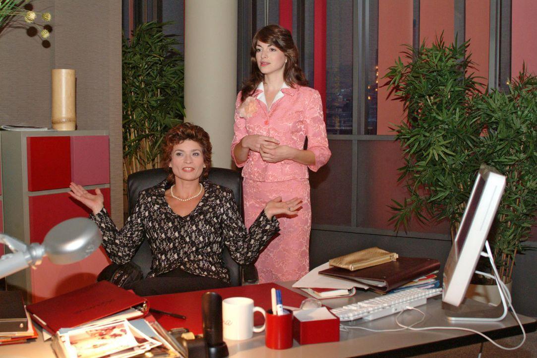 In der Annahme, dass die Zusammenarbeit zwischen Sophie (Gabrielle Scharnitzky, l.) und Laura längst beendet ist, versucht Mariella (Bianca Hein) ih... - Bildquelle: Monika Schürle Sat.1