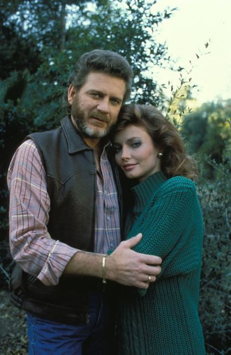 (6. Staffel) - Chase (Robert Foxworth, l.) fühlt sich zur rebellischen Winzerin Gabrielle Short (Cindy Morgan, r.) hingezogen und will sie erobern .... - Bildquelle: 1986   Warner Brothers