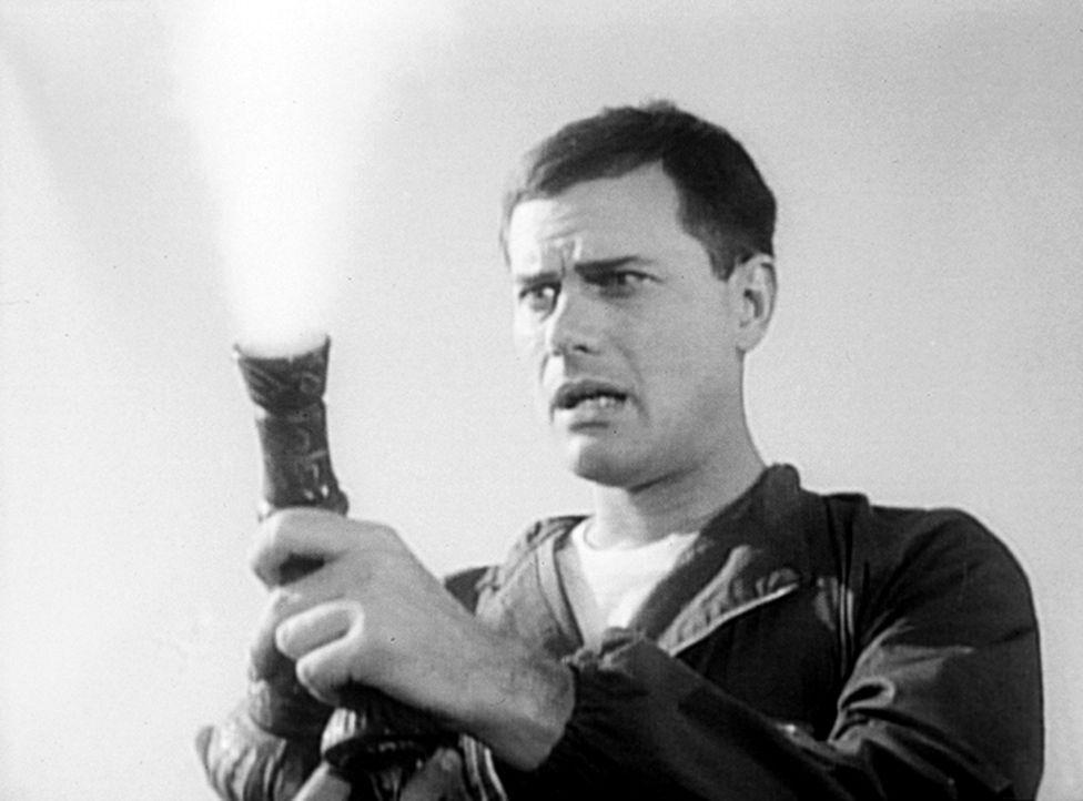 Auf einer einsamen Insel gelandet, findet der Astronaut Tony Nelson (Larry Hagman) eine orientalische Flasche, die er öffnet ... - Bildquelle: Columbia Pictures