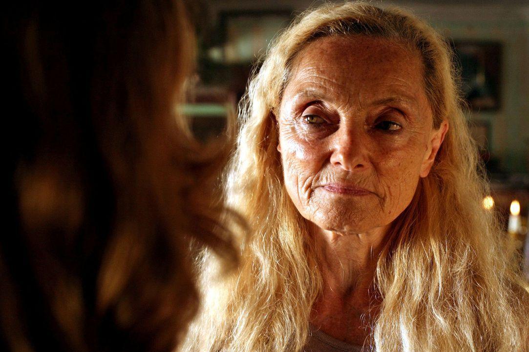 Esthers Großmutter Gertrud Orlak (Erni Mangold) genießt den Moment, als sie Esther gegenübersteht ... - Bildquelle: Petro Domenigg Sat.1