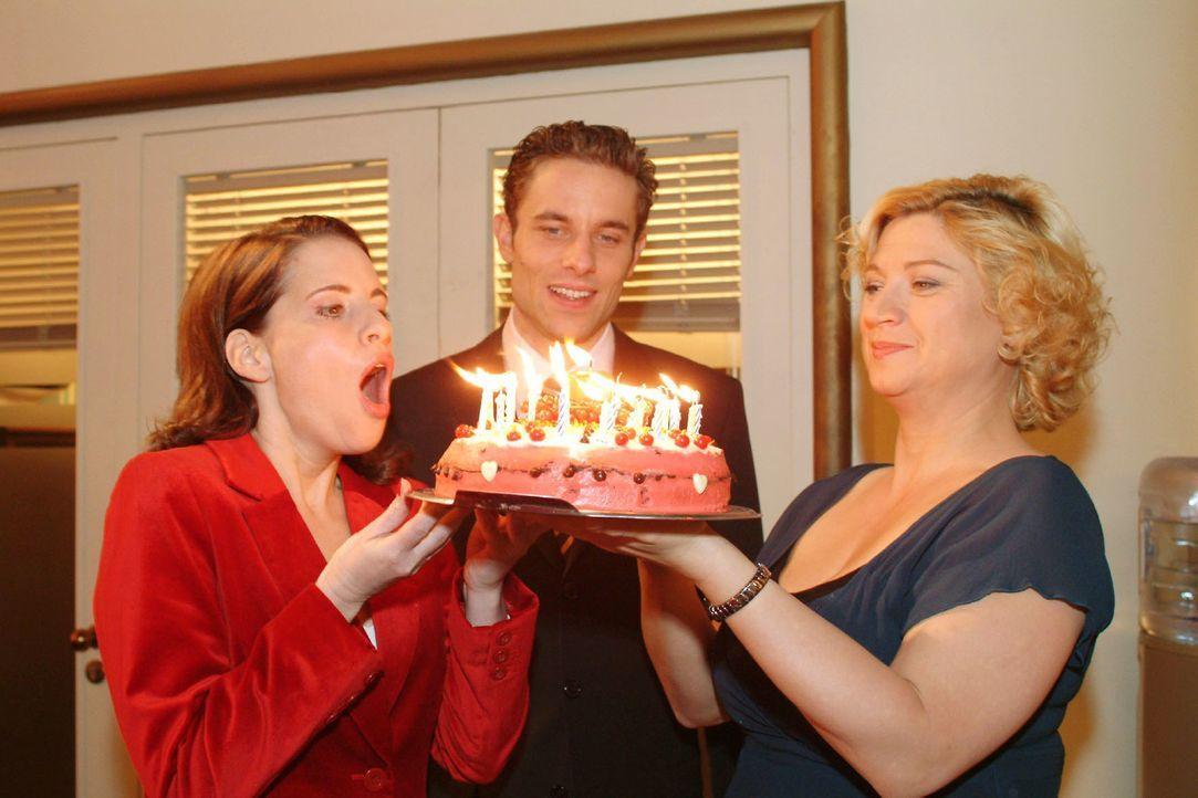 Inka (Stefanie Höner, l.) ist gerührt: Max (Alexander Sternberg, M.) und Agnes (Susanne Szell, r.) haben ihren Geburtstag doch nicht vergessen. - Bildquelle: Monika Schürle Sat.1