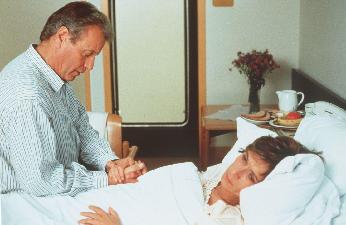 Dr. Thomas Burgner (Gerhart Lippert, l.); Dr. Sabina Spreti (Anita Zagaria, r.) - Bildquelle: Beta Film GmbH