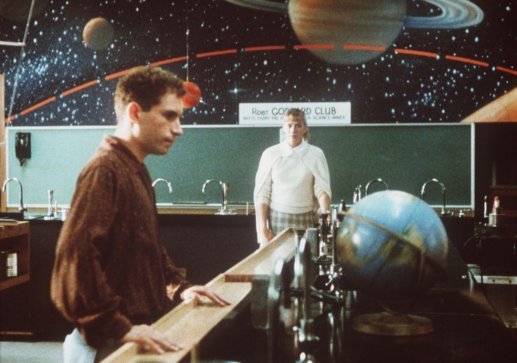 In der Vergangenheit trifft Peggy Sue (Kathleen Turner, r.) auf Richard (Barney Miller, l.) und überlegt sich, ob er der Richtige für die Zukunft se... - Bildquelle: TriStar Pictures