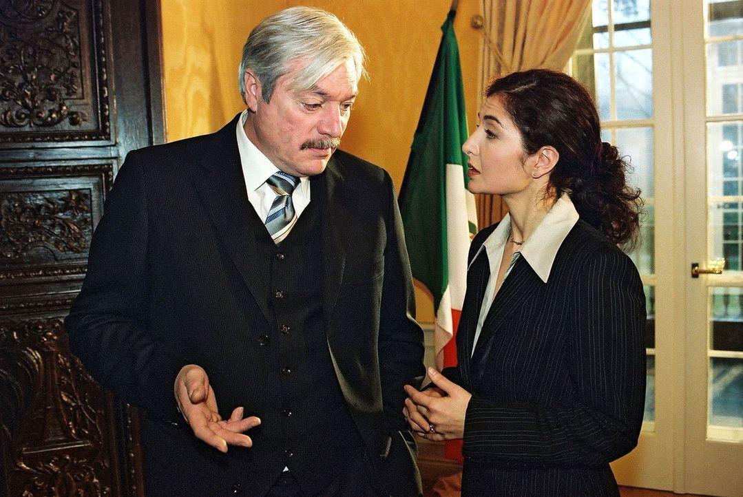 Botschafter Sidido (Juraj Kukura, l.) kann seine Nervosität wegen des Mordes an Maria auch vor Carolina (Proschat Madani, r.) kaum verbergen. - Bildquelle: Claudius Pflug Sat.1