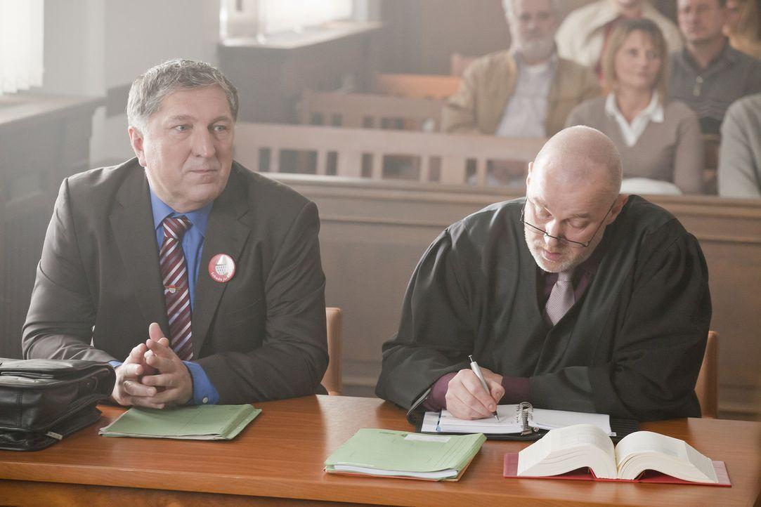 Bei einem neuen Fall, nimmt es Danni mit dem Oberbürgermeister von Köln, Herrn Schade (Veit Stübner, l.) und seinem Anwalt (Conrad Geier, r.) auf ..... - Bildquelle: Frank Dicks SAT.1
