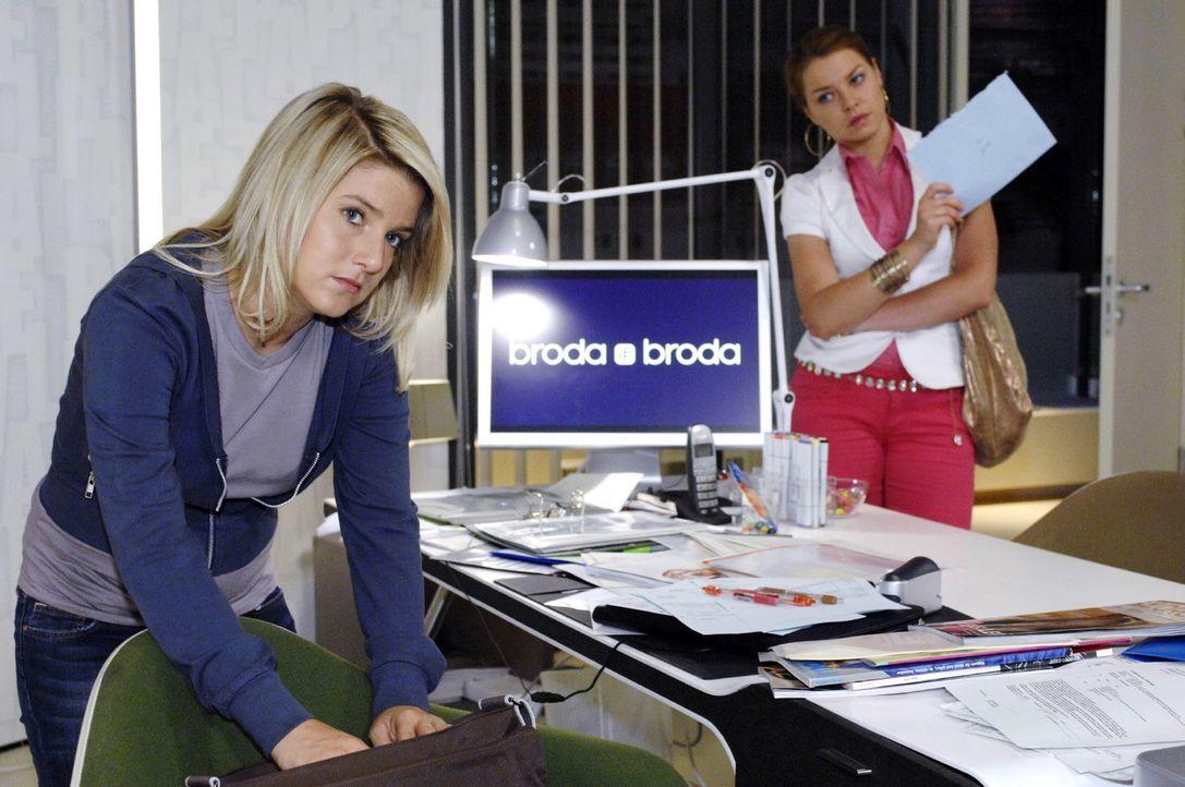 Bei der Suche nach dem Brief sieht Anna (Jeanette Biedermann, l.) sich plötzlich mit ihrer Schwester Katja (Karolina Lodyga, r.) konfrontiert. - Bildquelle: Oliver Ziebe Sat.1