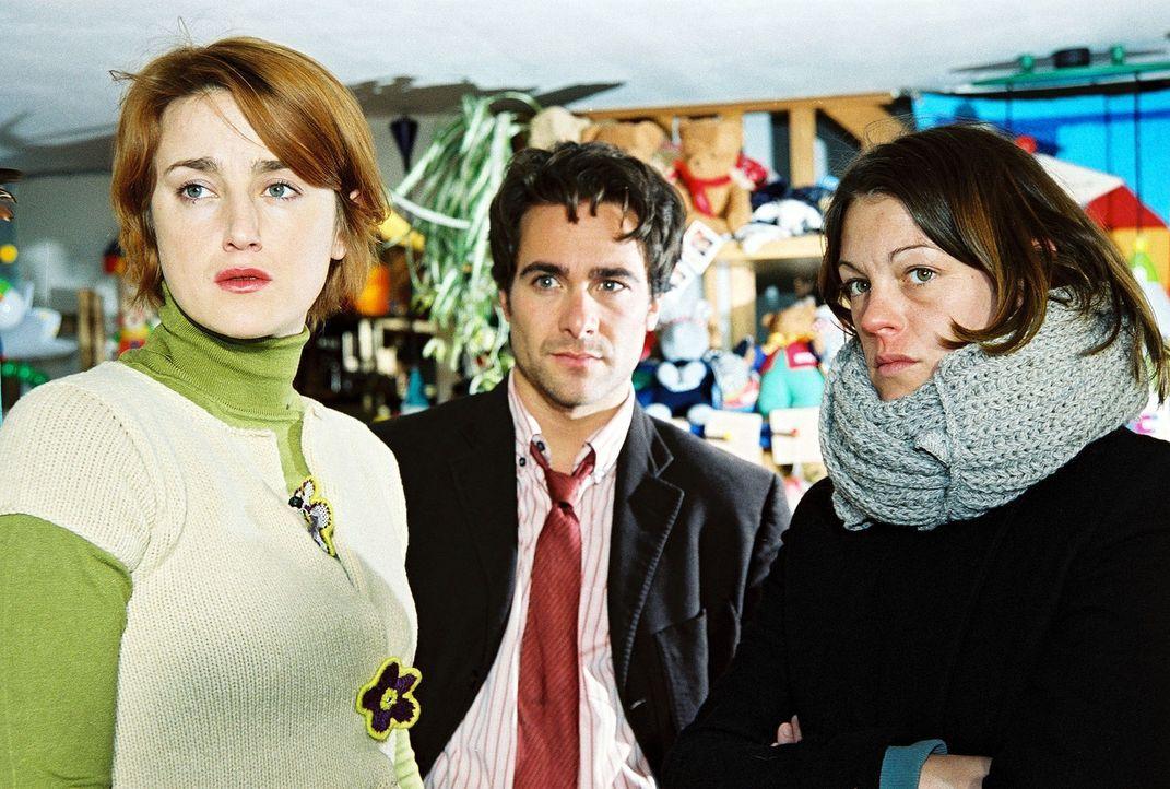 Niki (Elke Winkens, r.) und Marc (Alexander Pschill, M.) erhalten von der Frau des ermordeten Puppenspielers (Barbara Gassner, l.) einen entscheiden... - Bildquelle: Ali Schafler Sat.1