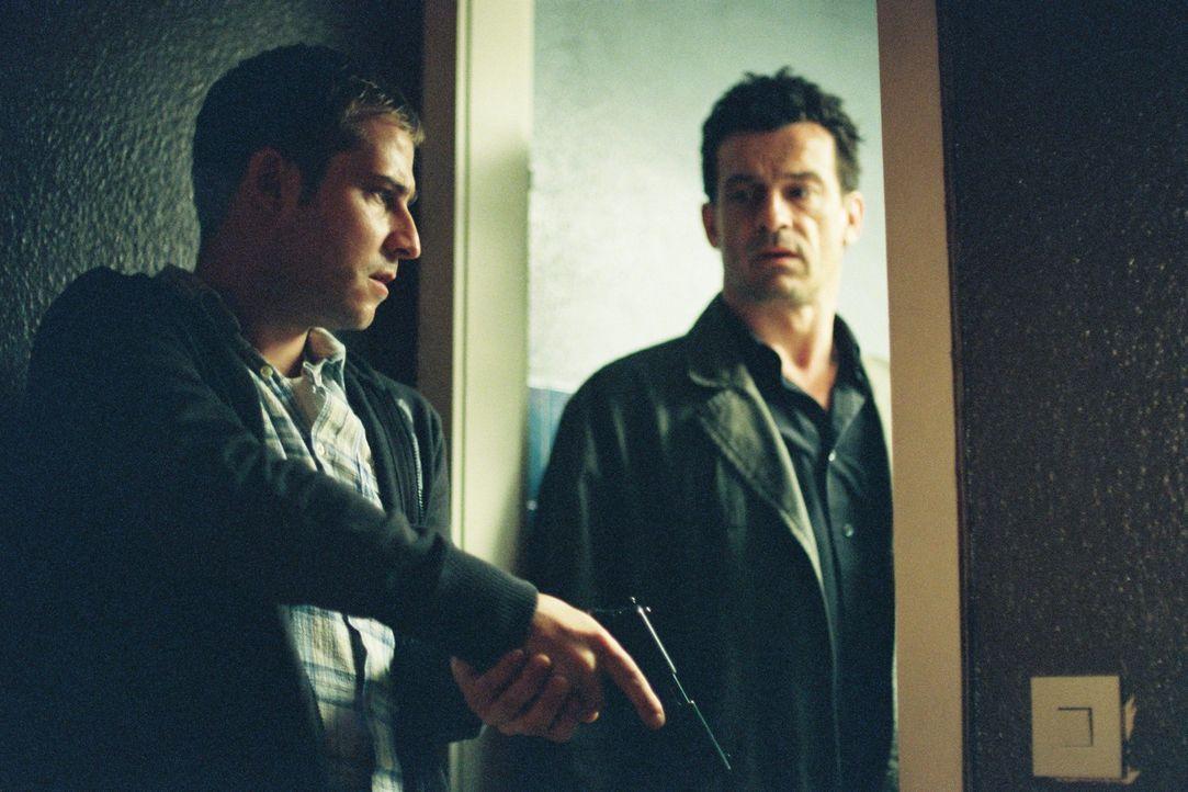 Steiner (Thomas Sarbacher, r.) und Zier (Niels Bruno Schmidt, l.) dringen in die Wohnung des Ex-Sträflings Decker ein. - Bildquelle: Tom Trambow Sat.1