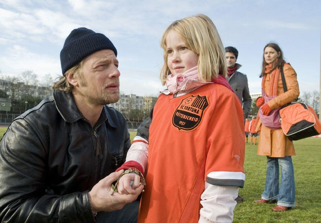 Erst spät wird Mick (Henning Baum, l.) klar, dass die kleine fußballbegeisterte Lilli (Tabea Willemsen, r.) ein gefährliches Geheimnis bewahrt ... - Bildquelle: Martin Rottenkolber SAT.1