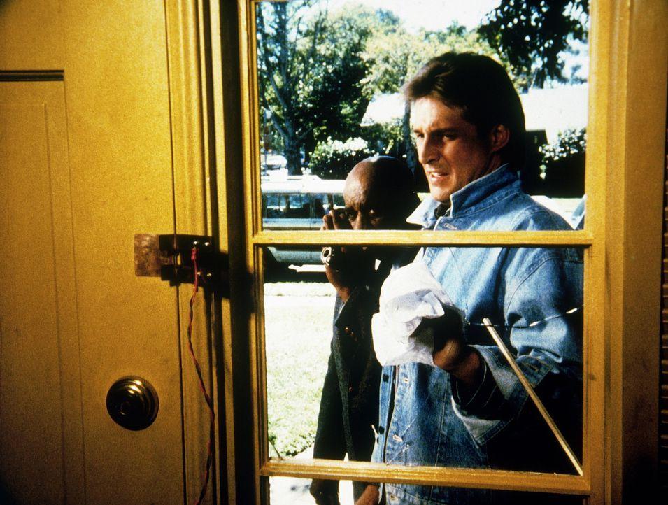 Lee (Bruce Boxleitner, r.) und Billy (Mel Stewart) dringen illegal in ein Haus ein - ein riskantes Unternehmen ...