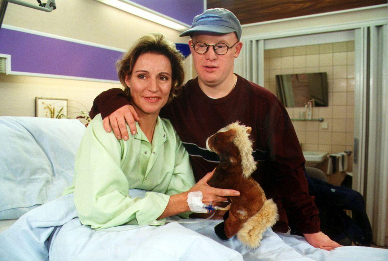 Natalie Ebner (Kirsten Block, l.) hat durch ihre Arbeit nie viel Zeit gehabt, sich um ihren Sohn Nobbie (Bobby Brederlow, r.) zu kümmern. Als sie we... - Bildquelle: Noreen Flynn Sat.1
