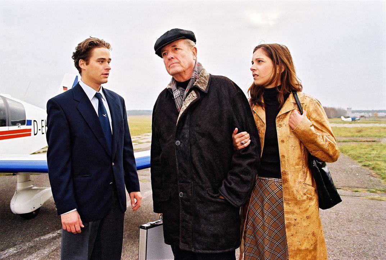Hans Belling (Joachim Hansen, M.) plant, seinen Fahrer Ulf Kessler (Otto Beckmann, l.) ins Ausland zu versetzen, um zu verhindern, dass er sein Schw... - Bildquelle: Noreen Flynn Sat.1