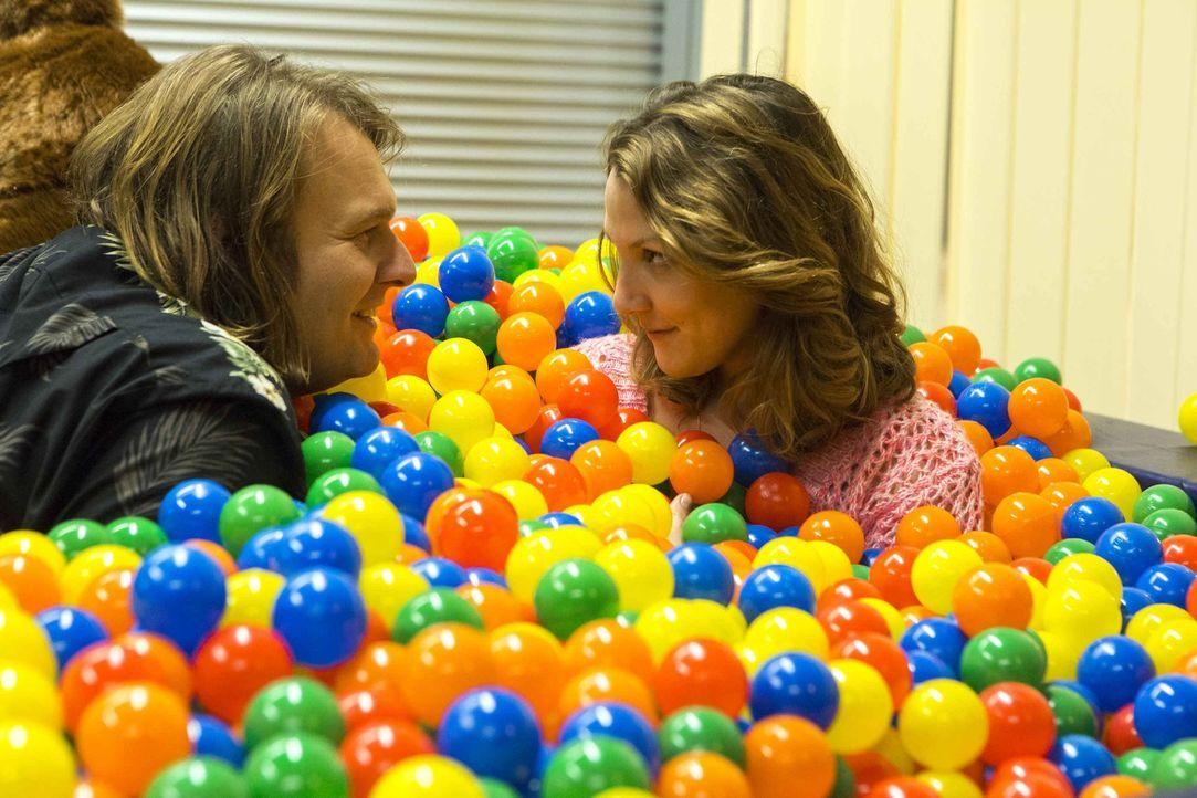 Sind glücklich miteinander: Nils (Oliver Fleischer, l.) und Wiebke (Nikola Kastner, r.) ... - Bildquelle: Frank Dicks SAT.1