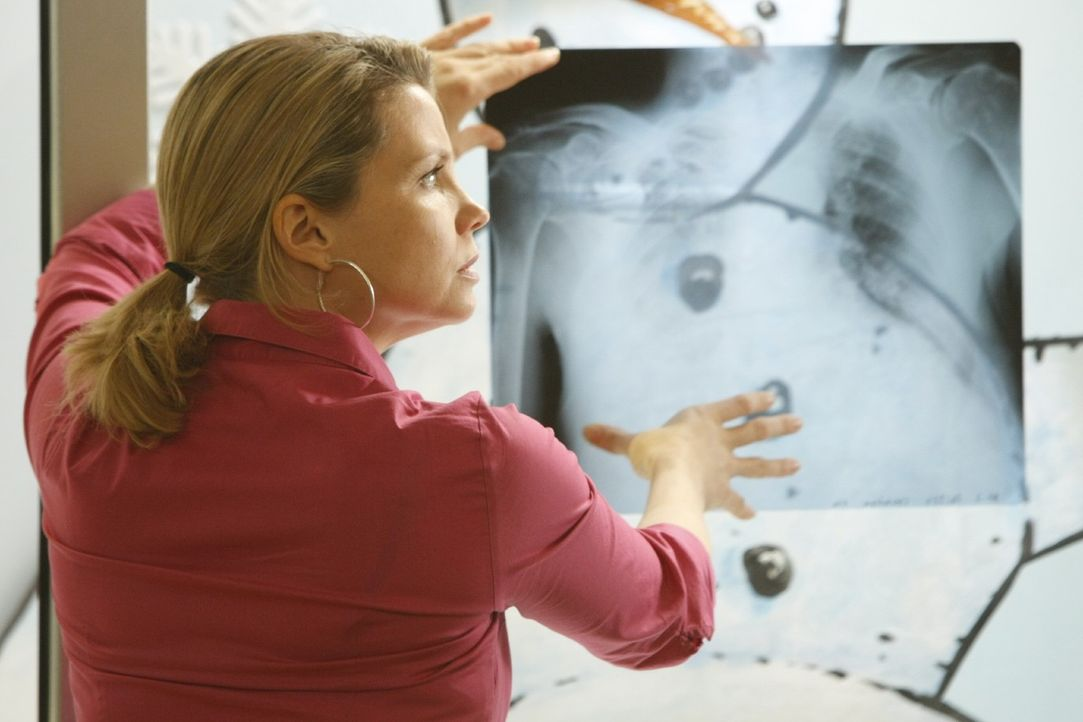 Um ihre Mandantin richtig vertreten zu können, lässt sich Danni (Annette Frier) deren Krankenakte geben - und bekommt bei der Diagnose überraschend... - Bildquelle: Frank Dicks SAT.1
