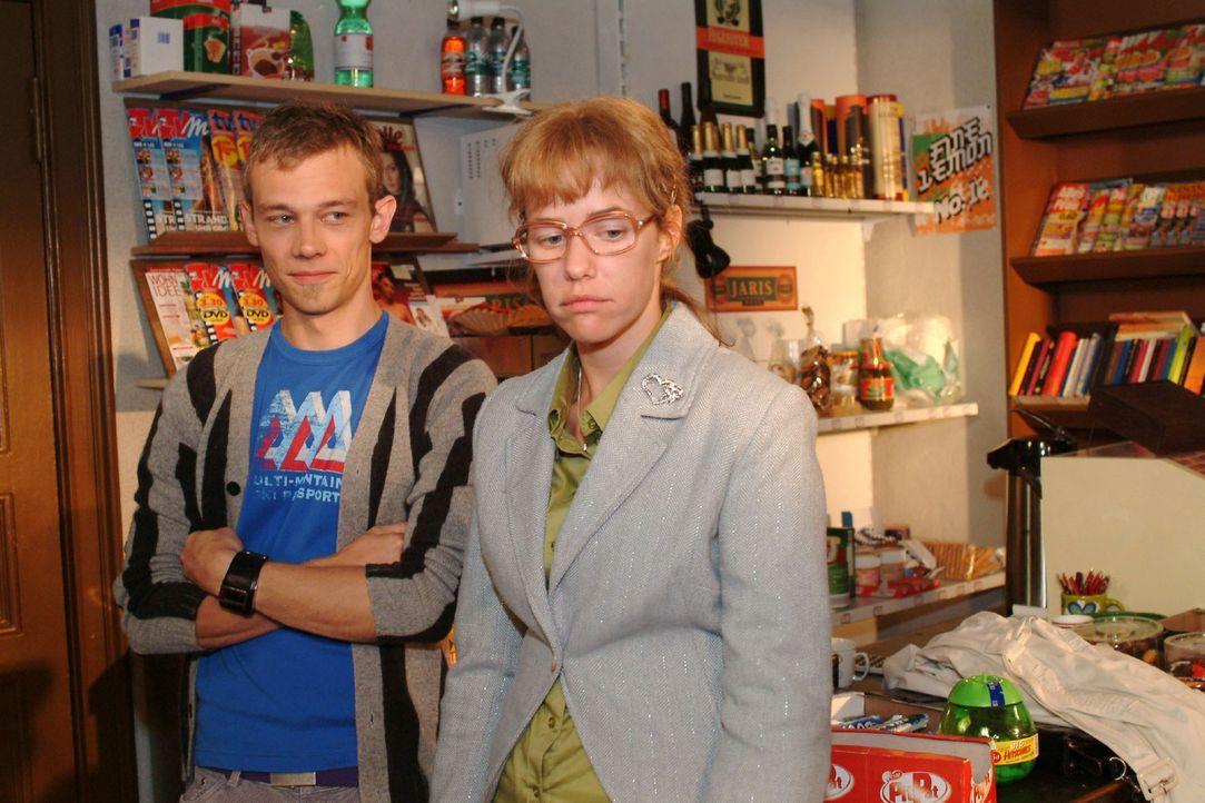 Lisa (Alexandra Neldel, r.) gesteht Jürgen (Oliver Bokern, l.), dass sie sich an Süßigkeiten vergriffen hat und ihre Diät aufgeben will. (Dieses Fot... - Bildquelle: Monika Schürle Sat.1