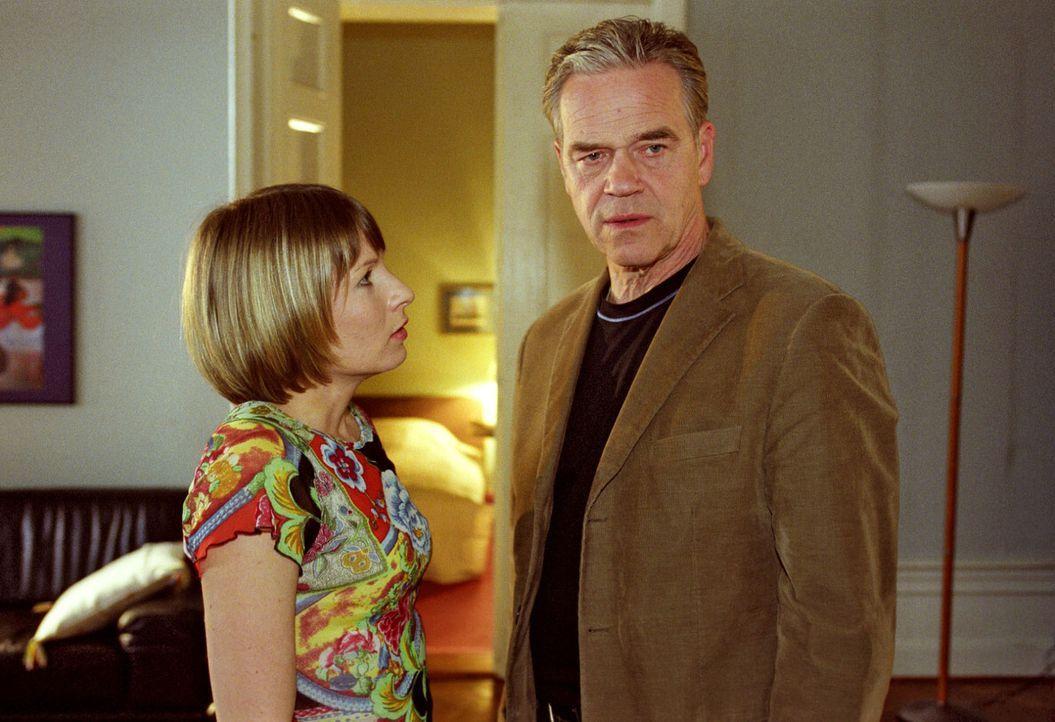 Wolff (Jürgen Heinrich, r.) erzählt Verena (Nadine Seiffert, l.), dass Tom angeschossen wurde. - Bildquelle: Claudius Pflug Sat.1