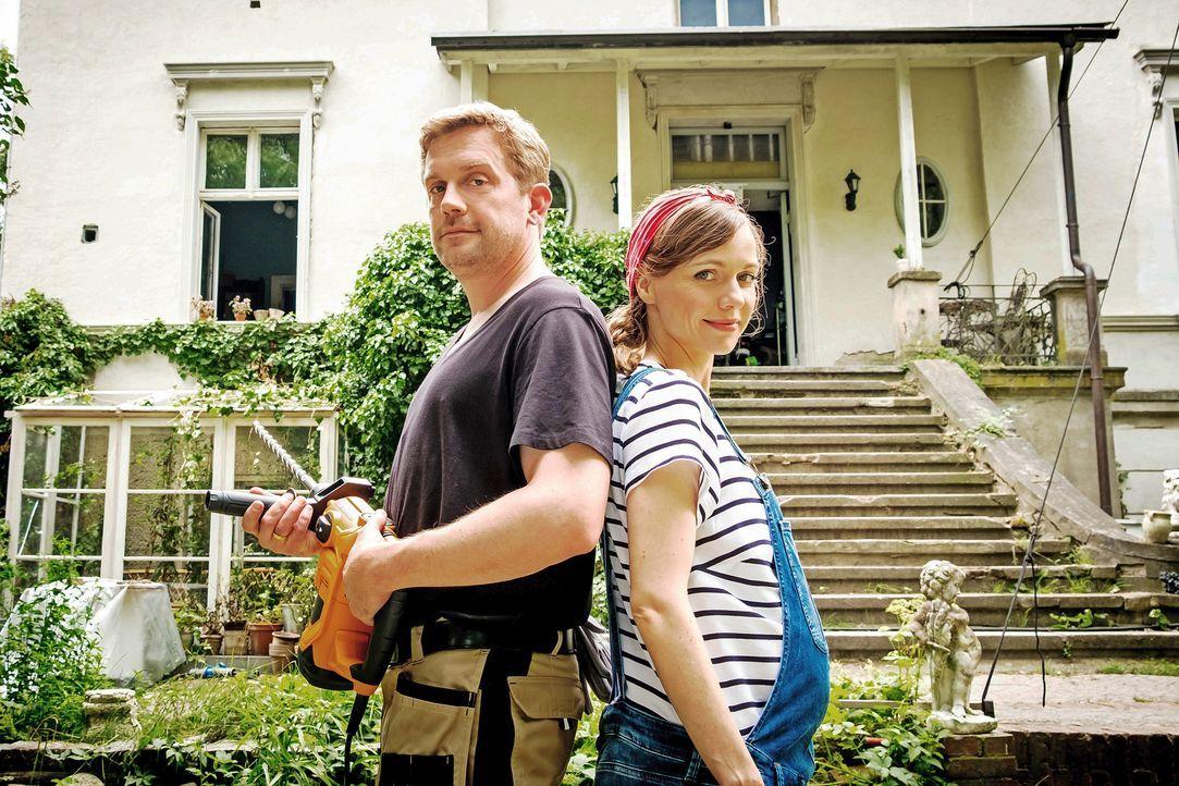 Für Kai (Sebastian Bezzel, l.) gibt es nichts Schöneres, als das neu erworbene Haus in ein gemütliches Nest für seine Familie zu verwandeln. Doch un... - Bildquelle: Gordon Mühle SAT.1 / Gordon Mühle