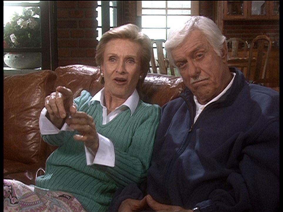 Dr. Sloan (Dick Van Dyke, r.) und seine Krankenpflegerin Sudie (Cloris Leachman, l.) sehen sich ein Video vom Haus ihres Nachbarn Calvin an, der unt... - Bildquelle: Viacom