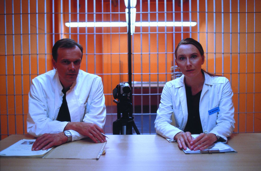 Prof. Klaus Thon (Edgar Selge, l.) und seine Assistentin Dr. Jutta Grimm (Andrea Sawatzki, r.) nehmen die Bewerber für das Experiment genau unter di... - Bildquelle: SENATOR FILM Alle Rechte vorbehalten