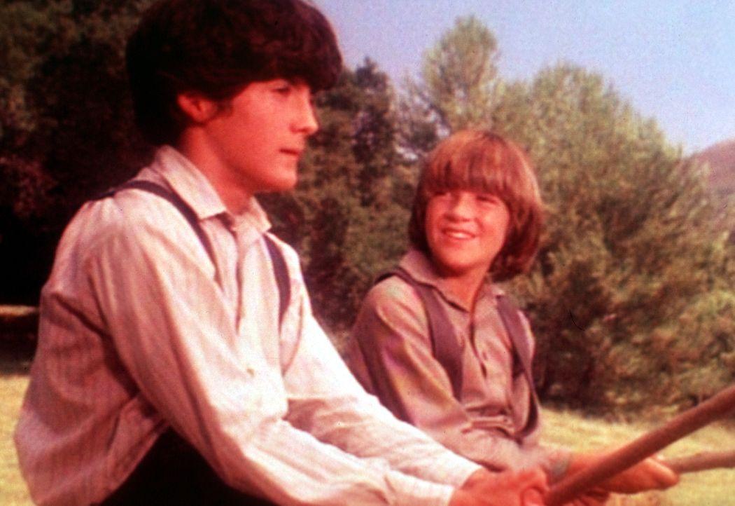 Nach einem Streit versöhnen sich Albert (Patrick Laborteaux, l.) und sein kleiner Bruder James (Jason Bateman, r.) beim Angeln. - Bildquelle: Worldvision