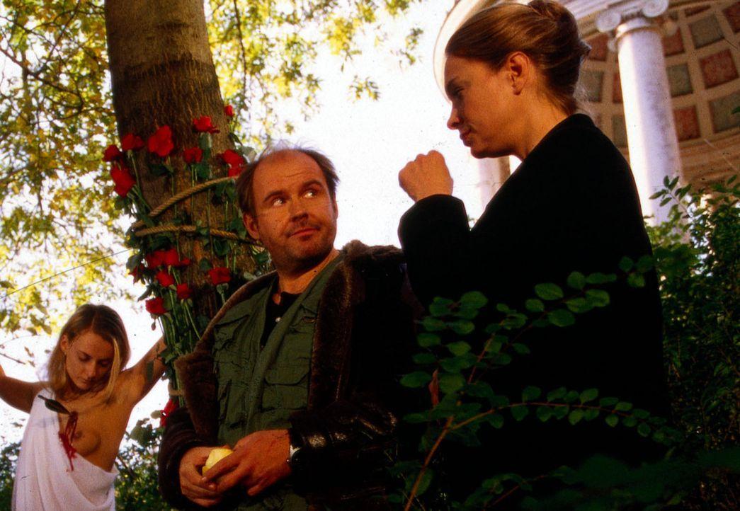 Amor hat auf gewohnte Weise zugeschlagen. Beck (August Schmölzer, l.) und Daniela (Katja Weitzenböck, r.) stehen vor einem Rätsel ... - Bildquelle: Erika Hauri SAT.1