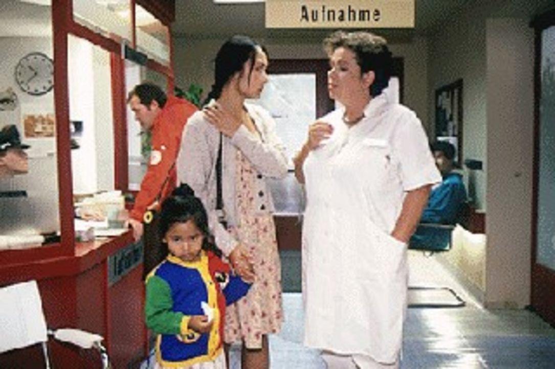 Frau Bang (Mey Lan Chao, M.) will mit ihrer kleinen Tochter (Kim Tuyet, l.) ihren Mann, den Zigarettenhändler Tran im Krankenhaus besuchen. Schwest... - Bildquelle: Noreen Flynn Sat.1