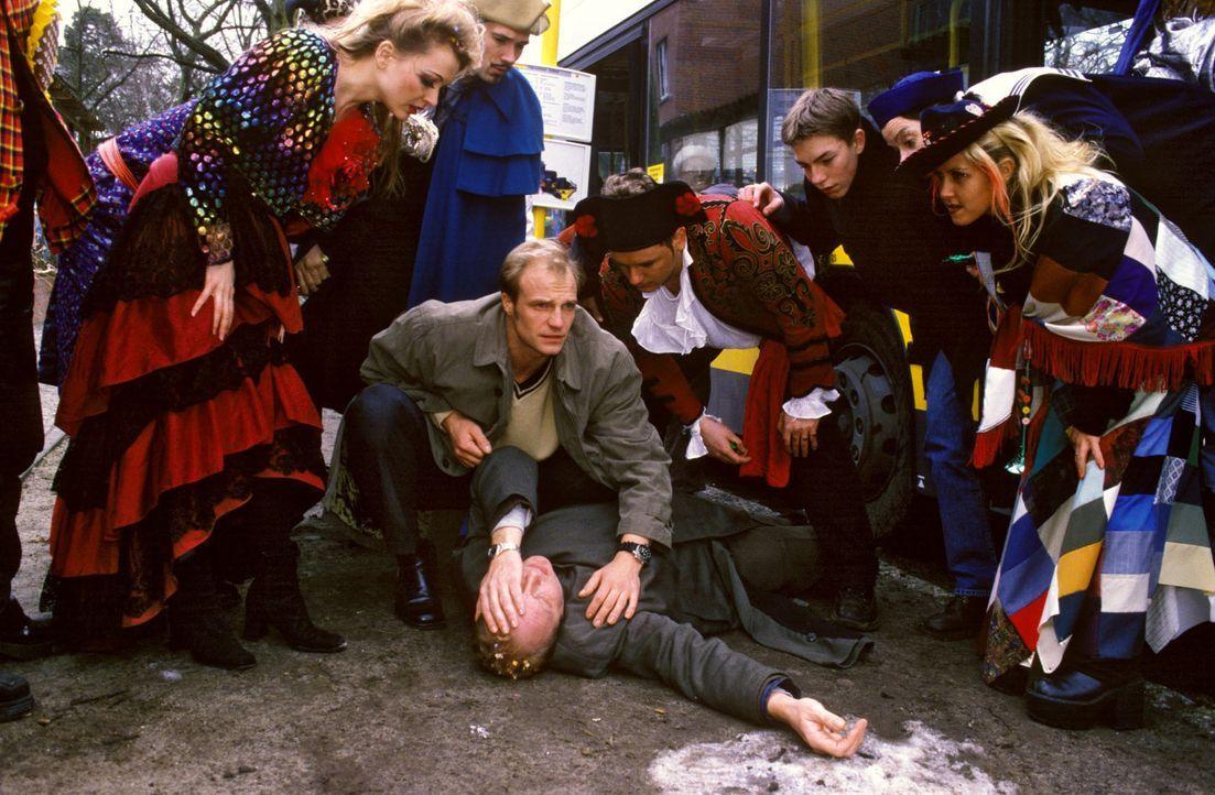 Leo Kladen (Christian Tasche, liegend) wurde von einem Bus angefahren. Zum Glück ist mit Dr. Büttner (Thorsten Nindel, M.) gleich ein Arzt zur Stell... - Bildquelle: Noreen Flynn Sat.1