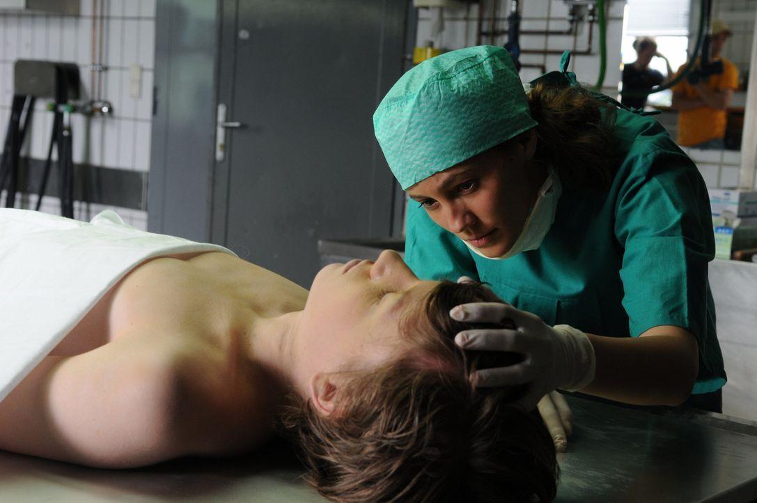 Obwohl Sophie (Luisa Katharina Davids, r.) das Medizinstudium nie beendet hat, erkennt sie, dass am plötzlichen Tod von Simon (Nino Lipgens, liegend... - Bildquelle: Oliver Roth ProSieben