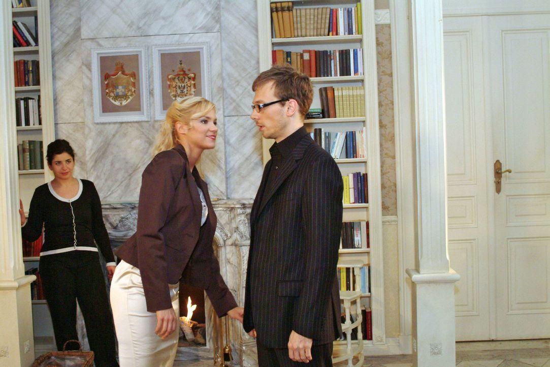 Mit entsprechendem Outfit möchte Jürgen (Oliver Bokern, r.) Sabrina (Nina-Friederike Gnädig, M.) beweisen, dass er Format hat. - Bildquelle: Monika Schürle Sat.1
