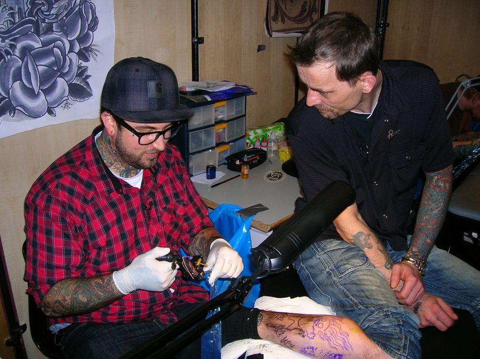 Frank (r.) lässt sich auf der großen Tattoo-Convention in Wuppertal selbst tätowieren ... - Bildquelle: SAT.1