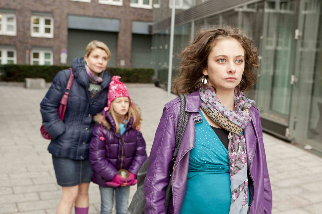 Um Renate Winz und ihrer Tochter Leni (Luna Jakob, M.) zu helfen, legt sich Danni (Annette Frier, l.) mächtig ins Zeug und stattet sogar der Verlobt... - Bildquelle: Frank Dicks SAT.1